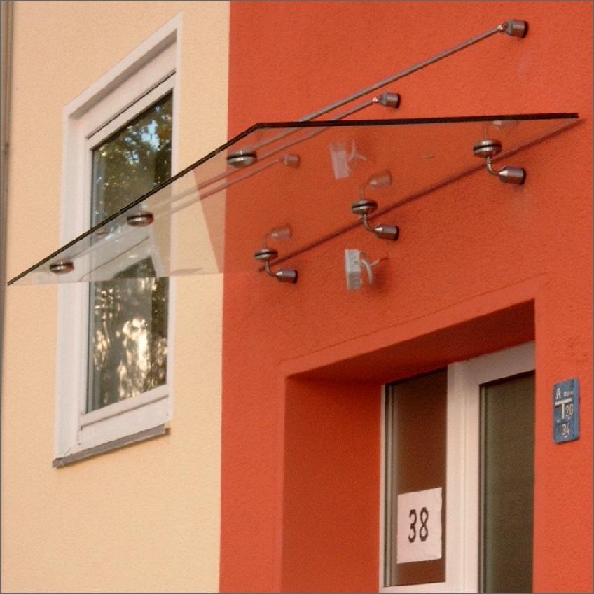 Pultdach mit Zugstangen und System-Glashaltern sowie Wandhaltern. Eindeckung mit Verbund-Sicherheitsglas (VSG).