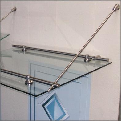 Pultdach mit Edelstahlbügeln und System-Glashaltern sowie Wandhaltern. Eindeckung mit Verbund-Sicherheitsglas (VSG).